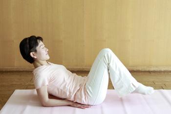 イルチブレインヨガの「寝ながら屈伸運動」で、下腹ダイエット