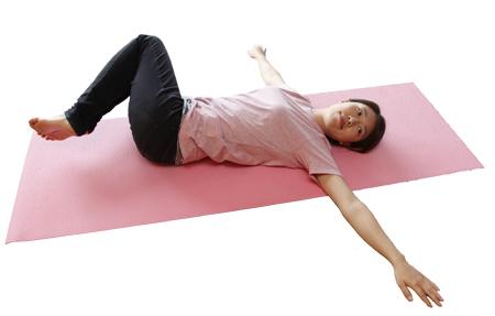 腰のゆがみを整えるイルチブレインヨガの「ひざをひねる」体操
