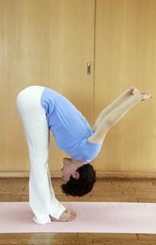 イルチブレインヨガの「手を組んで前屈」体操